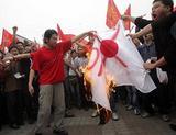 2005年4月10日中国・広州市(AFP=時事)22時03分 広東省でも反日デモ—中国 広州市で行われた反日デモで、日本国旗を燃やす中国人。約4000人が日本総領事館前に集結して日本製品ボイコットなどを訴えた
