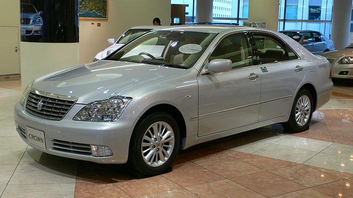 800px-2005_Toyota_Crown-Royal_01