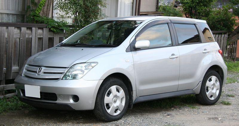 800px-2002-2005_Toyota_ist