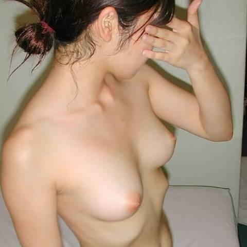 ピンク色の綺麗な乳首だと、美乳がもっと綺麗に見えちゃう