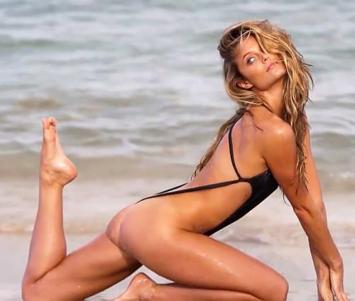 泳ぐ気が全く感じられないエロ水着を、美尻に食い込ませて撮影中w金髪セクシーモデルさんwww