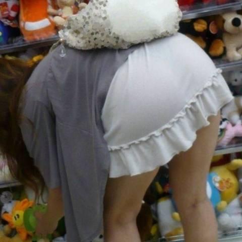 【透けパン エロ画像】パンツ見せてる?と勘違いする素人透けパン娘たち