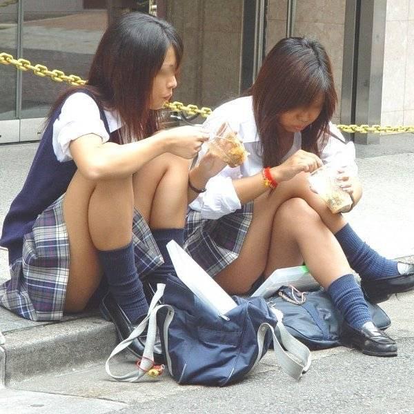 無防備に座ったらパンツ丸見えになった、座りパンチラの素人娘たち