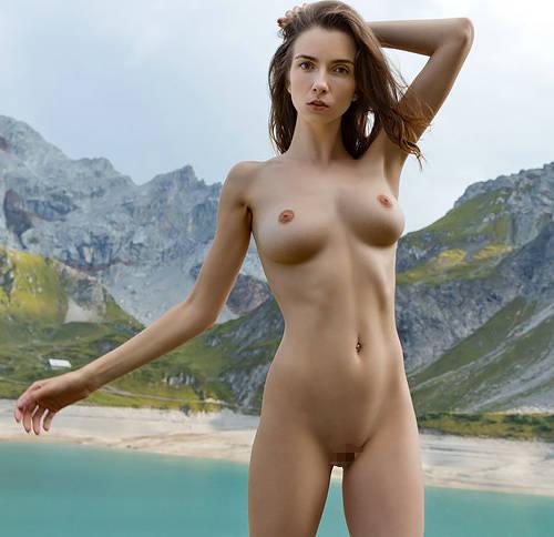 【ペ○ターさん勃起確実】ハ○ジが居そうな山の湖で、全裸で徘徊するエチエチな身体の美女が発見されるwww # 外人エロ画像