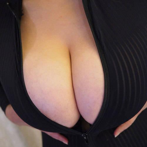 巨乳のお姉さんがフロントジッパーを開いておっぱいの谷間を見せてくれる