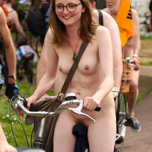 マ○コ擦れて痛くないんか?w自転車で颯爽と走る、全 裸 女 さん達の集団www男もいるけど、そこはスルーでww