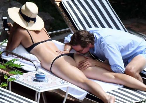 【マリア ・シャラポワ】食い込むTバック水着のエロい格好で、彼氏とイチャコラしてるところをパパラッチされるwww