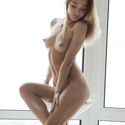 網タイツに包まれた美脚と美尻が美し過ぎて、セクシー過ぎる!奇跡のプロポーションを持つ美女のお洒落なアートヌードww # 外人エロ画像