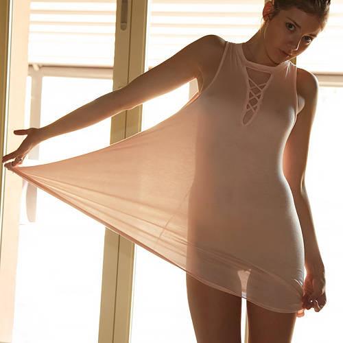 ノーパン・ノーブラで薄手のニットワンピ着た美少女さん、逆光でマ○コのシルエットが浮かび上がってしまうww # 外人エロ画像