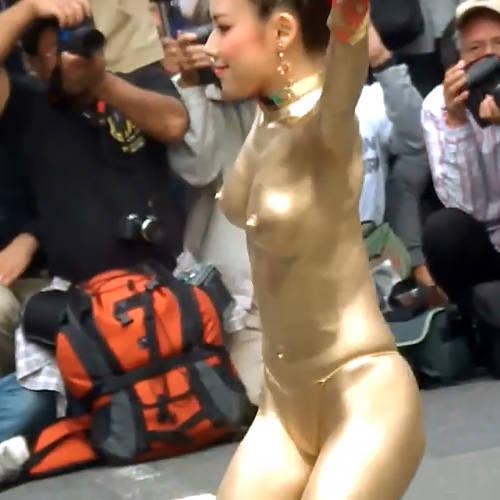 おっさんのカメコが大量発生してるww勃起乳首のおっぱい揺らして踊るエロエロな金粉ショーwww