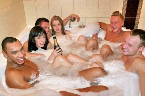 海外パリピの乱交ホームパーティーのエロ画像30枚