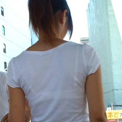 【透けブラ エロ画像】白いTシャツやブラウスだと、こんなにブラが透けるのね