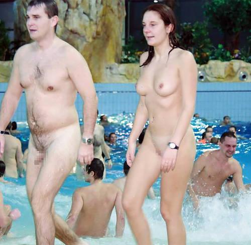 ビーチだけじゃなくプールまで!おっぱいもマ○コも丸出しヌーディストプールが混浴風呂状態ww…男はパンツ穿いててエエよ…