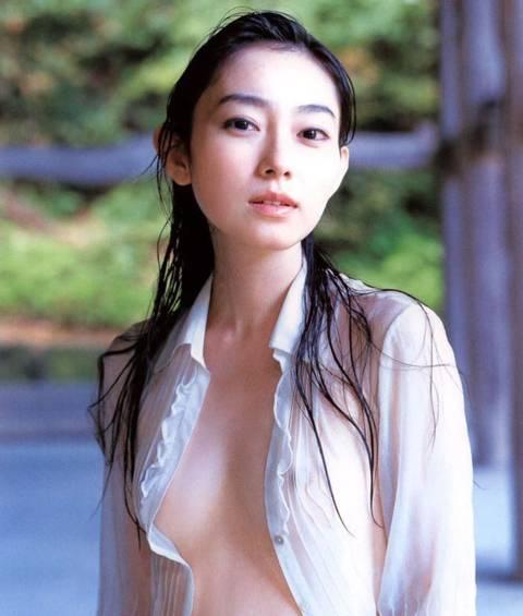 ノーブラ着衣状態で、乳首が透けて見えてる女性たち