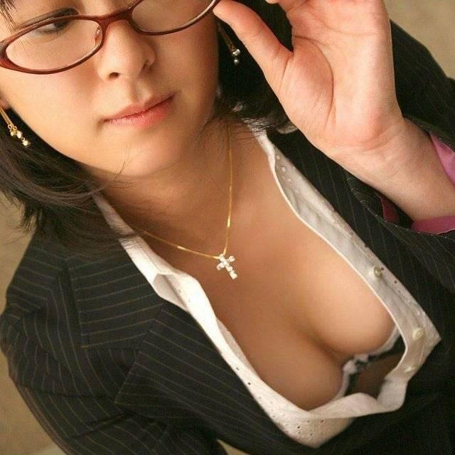 勉強中に胸チラするおっぱい家庭教師のエロ画像w ほか