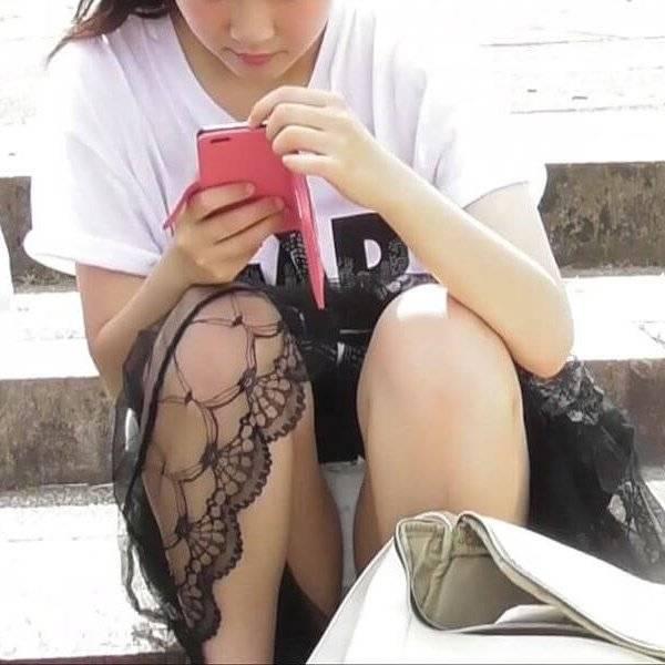 【パンチラエロ画像】しゃがんだらスカートからパンツ丸見えな素人娘たち