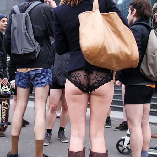 ノーパンツ!上半身しっかり着込んで、下半身はパンツ=ズボン穿かずにパンティだけw何かシュールなエロ画像wwww