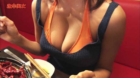 わちみなみが巨乳見せながら激辛料理を食べる