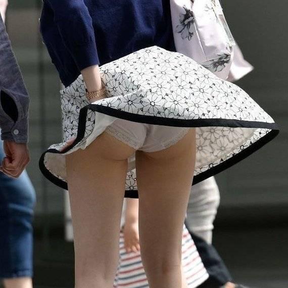 【パンチラ エロ画像】風のお陰で素人娘たちのパンツが拝めちゃった