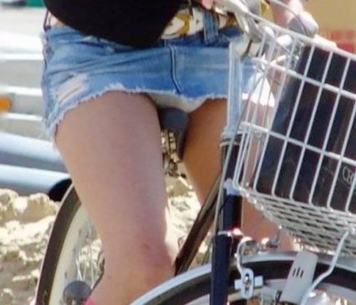 【パンチラ エロ画像】自転車に乗ってる素人女性たちのパンツが丸見え