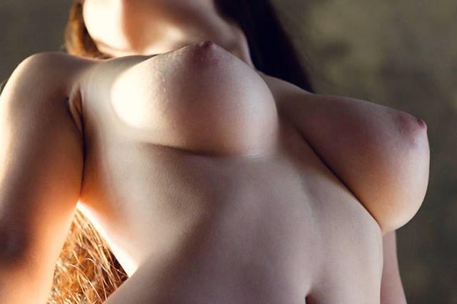 下から見上げた綺麗なおっぱいエロ画像