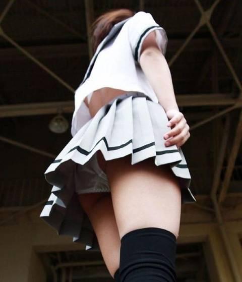 【パンチラ街撮り】ローアングルだとスカートからパンツが見えまくりな素人娘たち