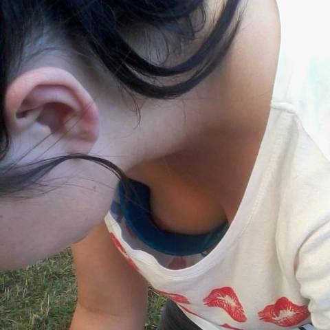 【胸チラ エロ画像】おっぱいの先端まで見えちゃった素人女性たちの乳首チラ