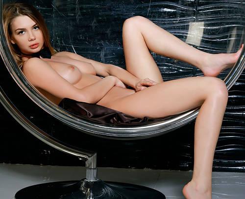 全裸にチョーカー、フツーのハダカより何故かエロく見えてしまうw美脚なロシア美女のエロカッコいいヌードww # 外人エロ画像