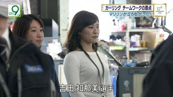 カーリング女子が職場で見せた着衣巨乳