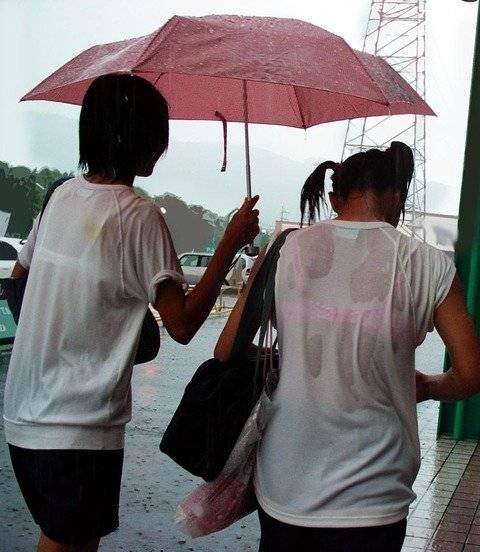 【透けブラJKエロ画像】夕立で濡れちゃった女子高生の下着が透けてる