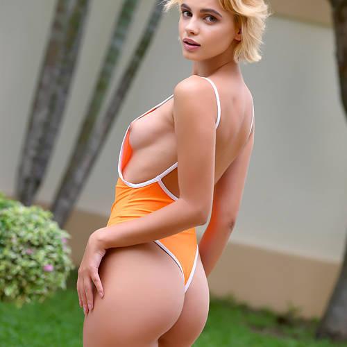 美尻に食い込むハイレグ、横から美乳が丸見え!せっかくのセクシー水着を脱いで、全裸でプールに入る美女ww # 外人エロ画像