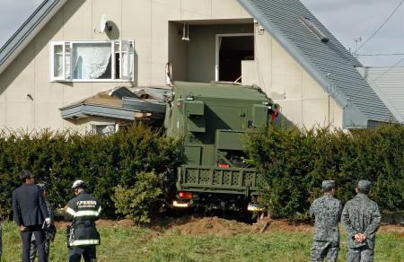自衛隊車両が住宅に突っ込む 隊員2人軽傷 住人は留守