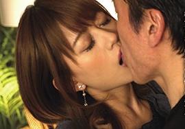 「濃厚な接吻で不貞に溺れる人妻8時間」のキャプチャー画像