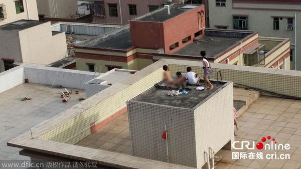 貯水槽で泳ぐ子供_1
