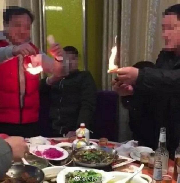 お金を燃やした中国人