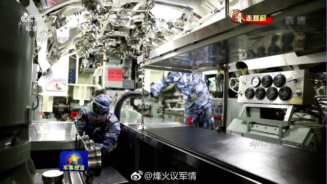 中国潜水艦と乗組員_2