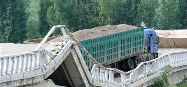 中国過積載橋倒壊
