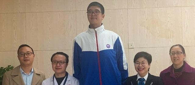 世界で最も身長が高い青年 221cm_1