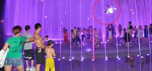 噴水で宙を舞う少年
