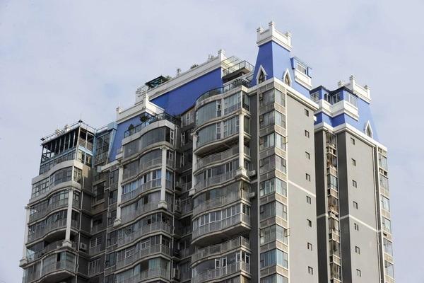 マンションの屋上に建てられ違法建築物_1