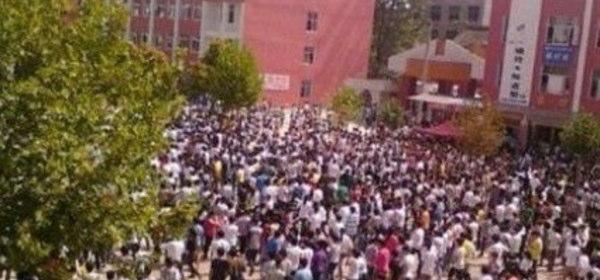 中国で高校生千人が騒動