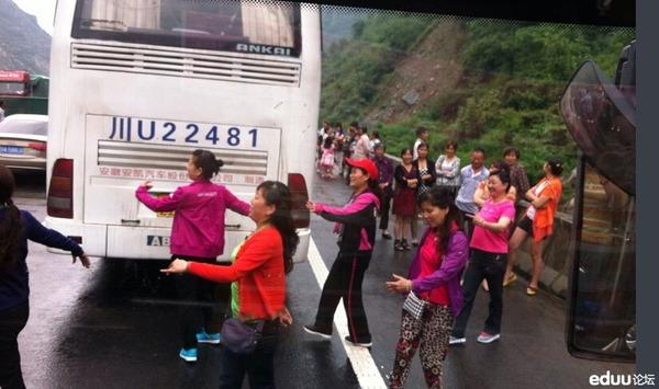 高速道路で踊りだす中国人