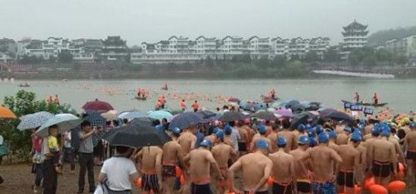 蘭江で泳ぐ