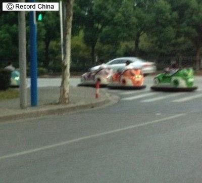ゴーカートで帰宅する中国人