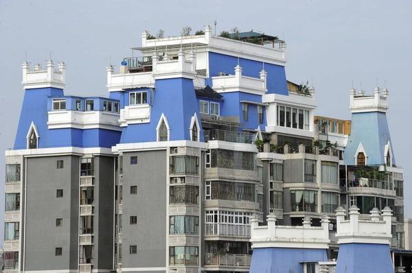 マンションの屋上に建てられ違法建築物_2
