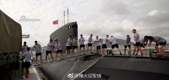 中国潜水艦と乗組員_1