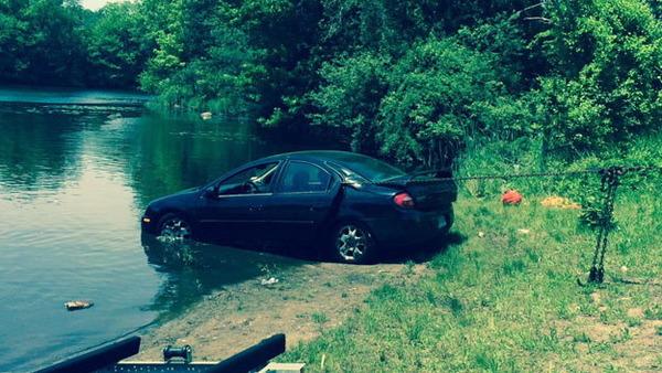 池に突っ込んだ車