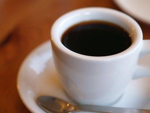 男子中学生だけどブラックコーヒーを飲みながら株式チャートを見ている