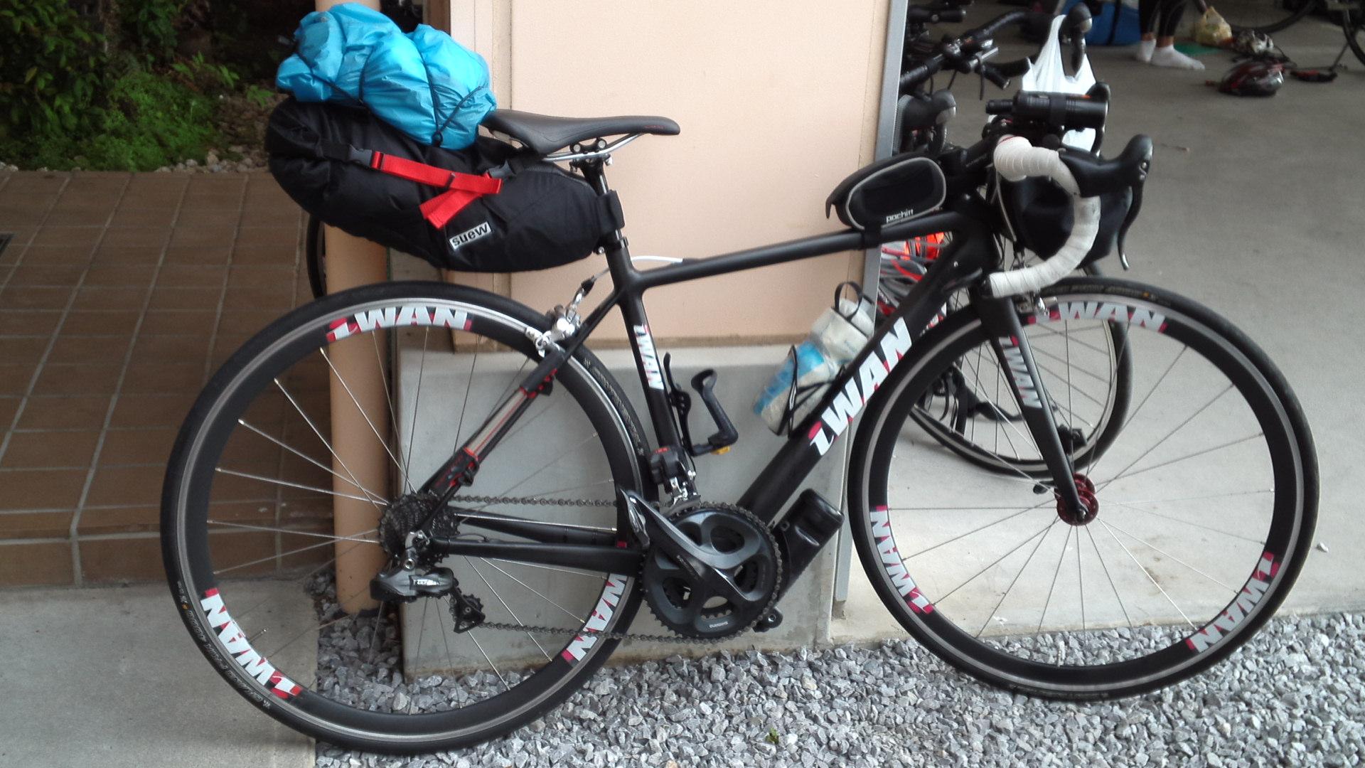自転車の 雨の日 自転車 荷物 : 雨具、着替えのジャージ上下 ...