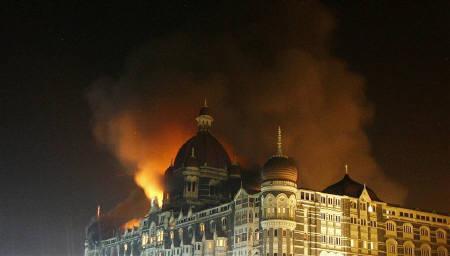 11.26 ムンバイ同時攻撃 煙が立ち上がるタージ・ホテル